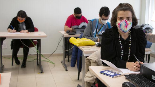 Carlota de Castro (derecha) en un aula de la fundación Envera.