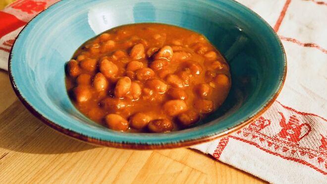 Judías pintas estofadas con verduras, un plato de cuchara para combatir el frío