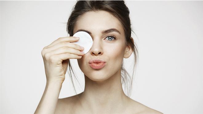 Mujer utilizando agua micelar para el cuidado de su piel