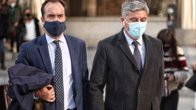 El administrador de la consultora política Neurona Elías Castejón (d), sale de los Juzgados de Plaza de Castilla.