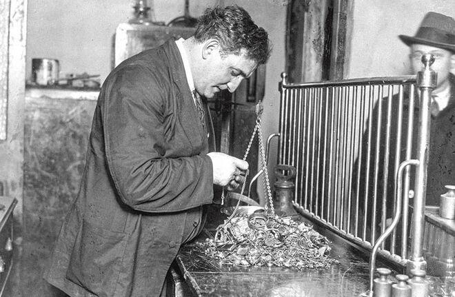 Un comprador de oro inglés analiza en 1932 la mercancía en plena fiebre del oro.