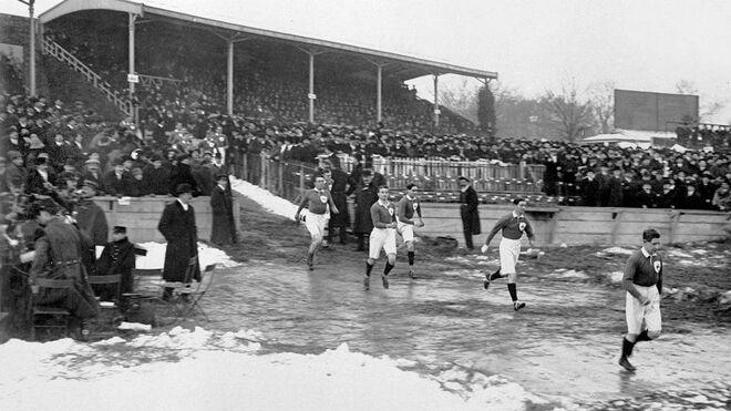 Un equipo de Irlanda sale al terreno de juego en un partido contra Francia, en 1914.
