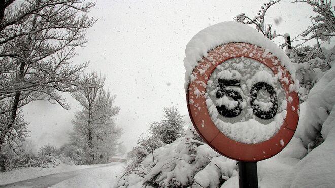 Carretera nevada en Valverdín (León).