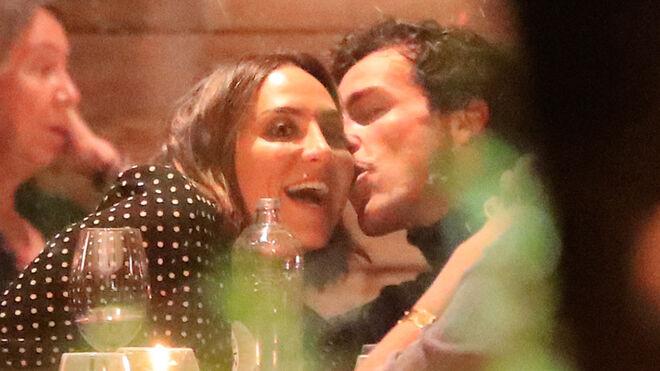 Tamara Falcó e Iñigo Onieva dándose amor en un restaurante en noviembre de 2020