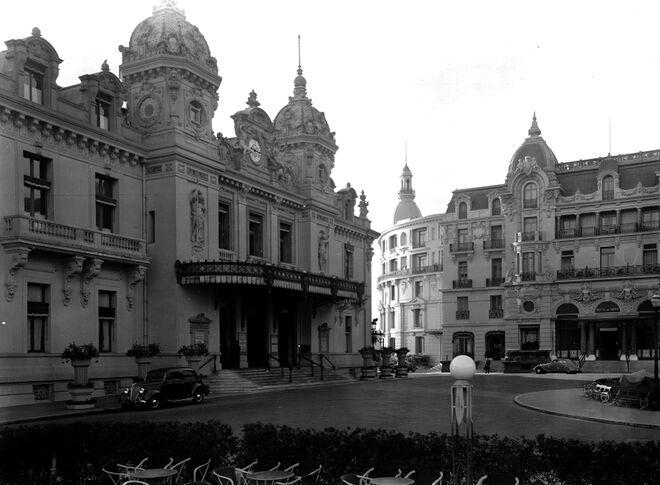 El famoso casino de Montecarlo en 1931 (izquierda) junto al Hotel de París.