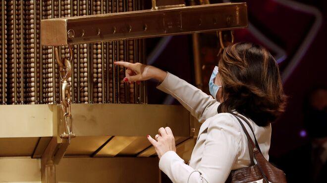Una mujer observa una de las liras, aparato formado por diez varillas metálicas donde se ordenan las bolas.