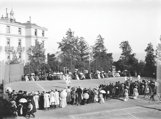 El tenis es uno de los primeros deportes que se practican en el Principado. Si bien el primer certamen tuvo lugar en 1897, es en el siglo XX cuando cobra suma importancia. Imagen de 1928.