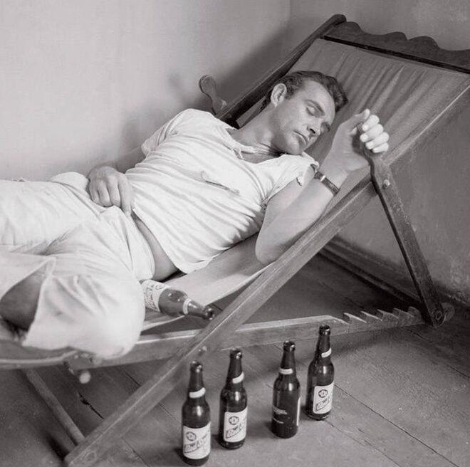 El actor escocés Sean Connery a comienzos de los años 60, en un descanso del rodaje de 'James Bond 007'.