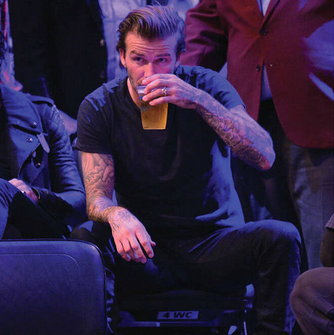 David Beckham en un bar neoyorquino viendo un partido de baloncesto.