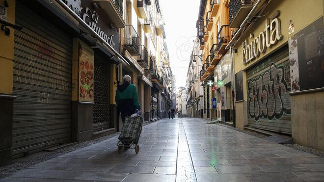 La calle Navas de Granada, vacía y con sus comercios y bares cerrados.