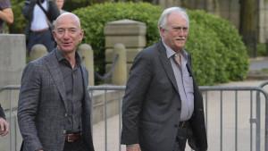 El fundador de Amazon, Jeff Bezos, junto a su padre, Miguel.