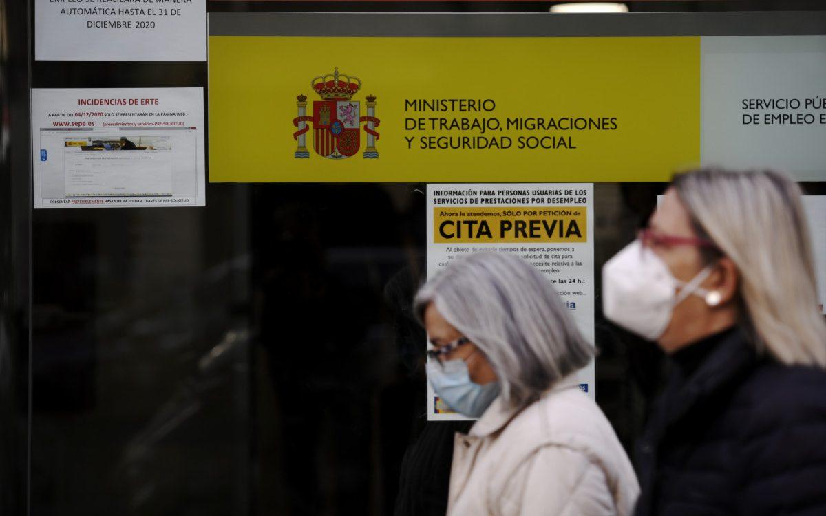 Dos mujeres con mascarilla frente a una de las oficinas del SEPE que gestionan los ERTE.