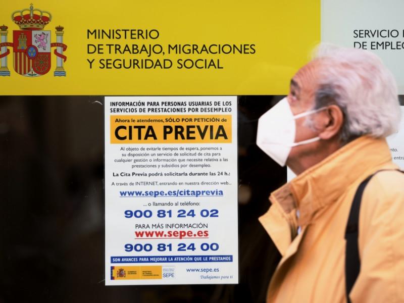 Un hombre frente a una oficina del Servicio Público de Empleo Estatal (SEPE), encargado de gestionar los ERTE.
