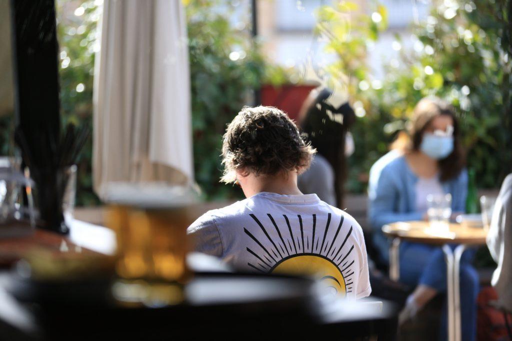 Una persona toma algo en una terraza de un bar de Madrid