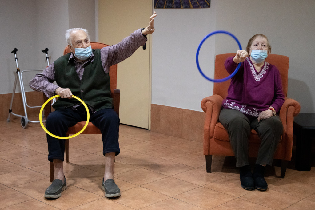 Dos residentes practican deporte en ORPEA Loreto /