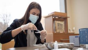 Las enfermeras de ORPEA preparan las dosis de las vacunas de Pfizer