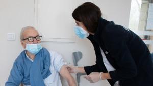 Un residente recibe la segunda dosis de la vacuna contra el coronavirus