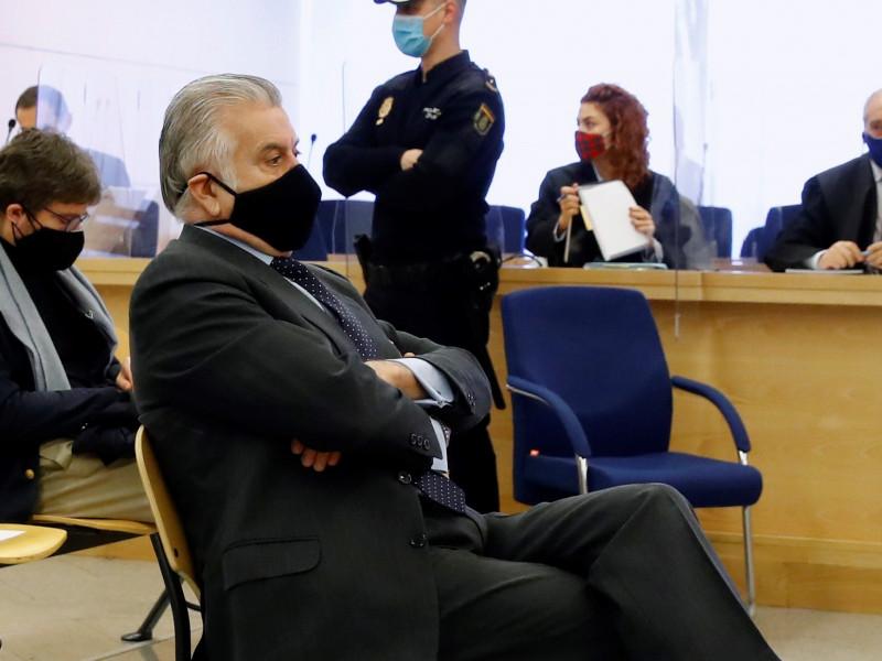Bárcenas declara al juez que le entregó a Esperanza Aguirre 60.000 euros de un constructor