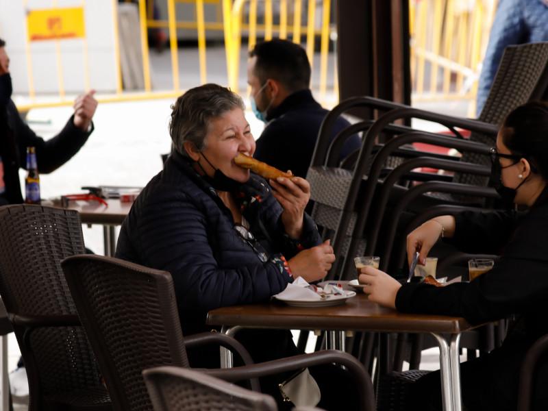 Varias personas en la terraza de un bar, en Alcantarilla, Murcia.
