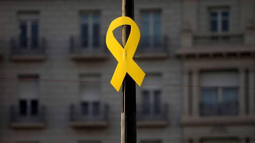 """Lazos amarillos en farolas de Madrid: lanzan una campaña para recuperar su significado """"solidario"""""""