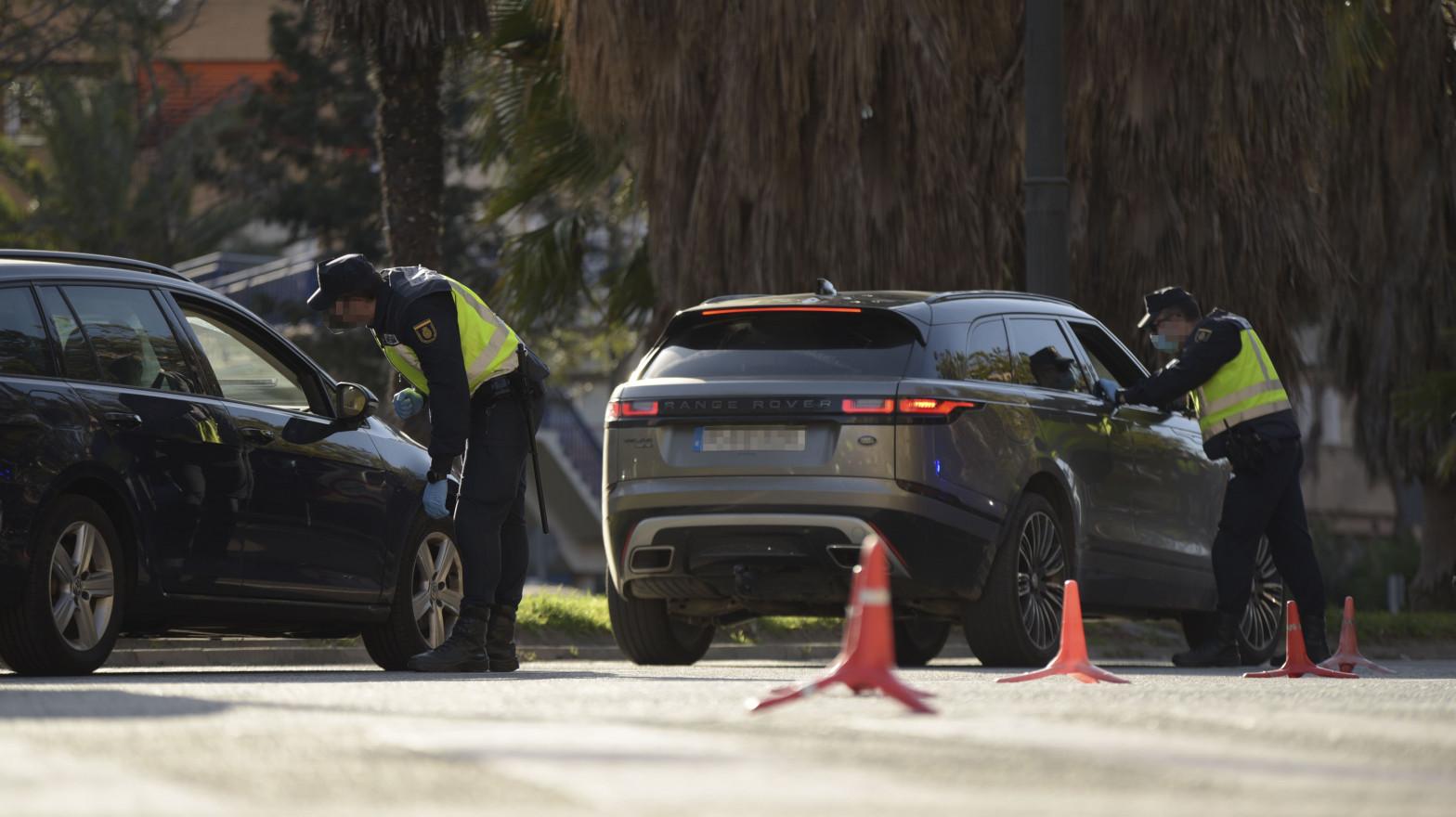 Control policial por el cierre perimetral de las grandes ciudades valencianas.