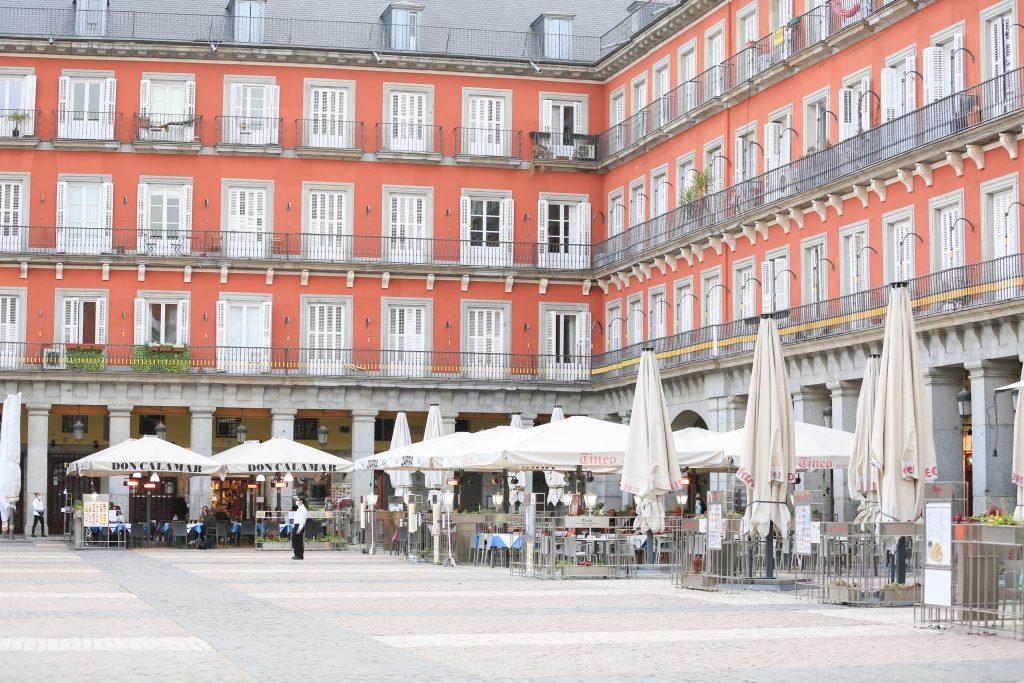 Terrazas de bares en la Plaza Mayor de Madrid (España). Europa Press.