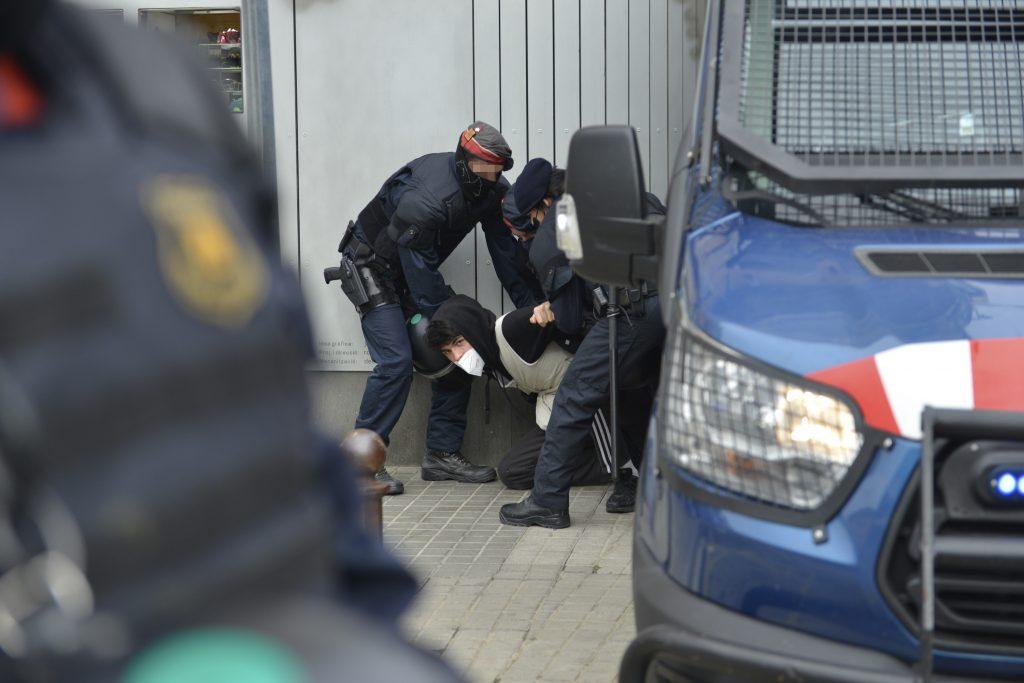 Varios mossos d'esquadra retienen a dos antifascistas denunciados por desobediencia, durante un acto de campaña de Vox previo a las elecciones del 14-F, en Figueres, Gerona.