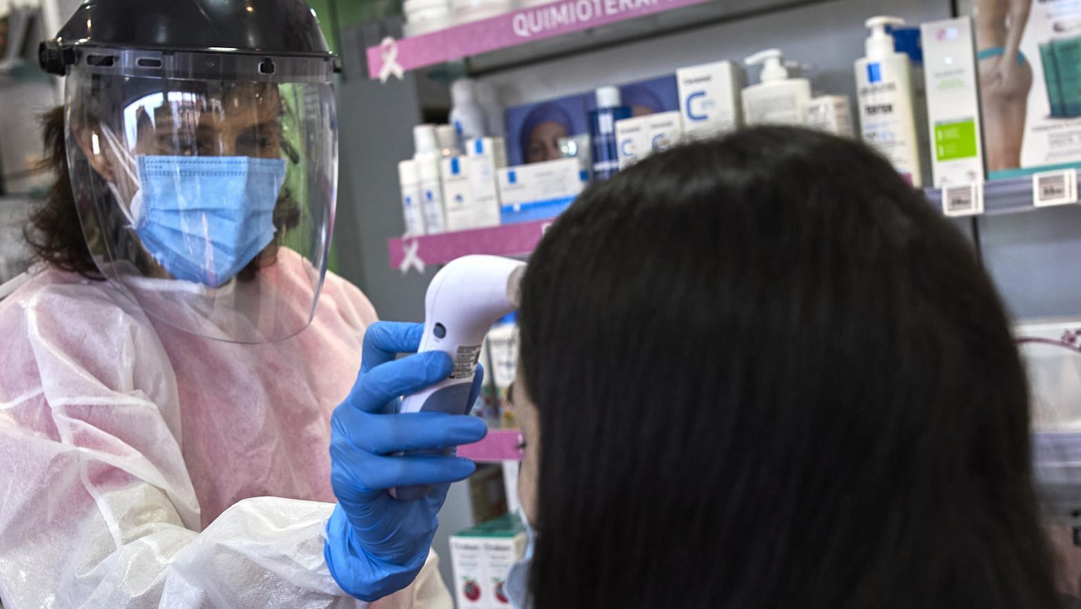 Una farmacéutica realiza un test de antígenos en Madrid.