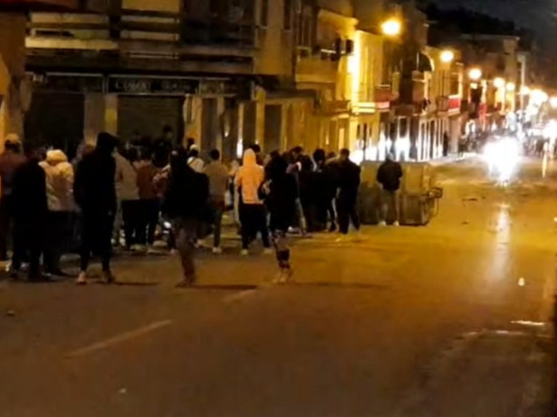 Disturbios en Linares tras la agresión de dos policías a un hombre y su hija de 14 años.