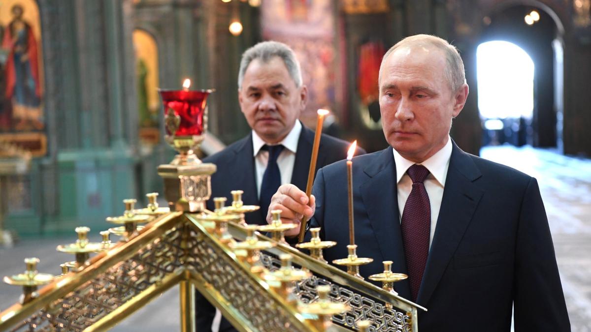 El presidente de Rusia, Vladimir Putin, prende una vela durante el 79º aniversario del inicio de la Segunda Guerra Mundial.