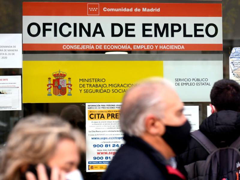 Personas en la puerta de una oficina de empleo, SEPE.