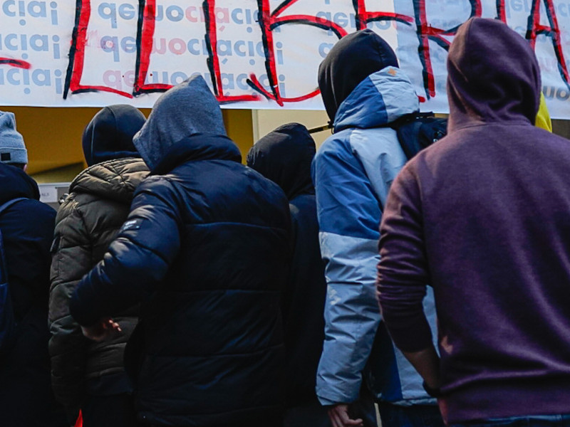 Unas 200 personas apoyan al rapero Hasel en la puerta del rectorado de Lérida