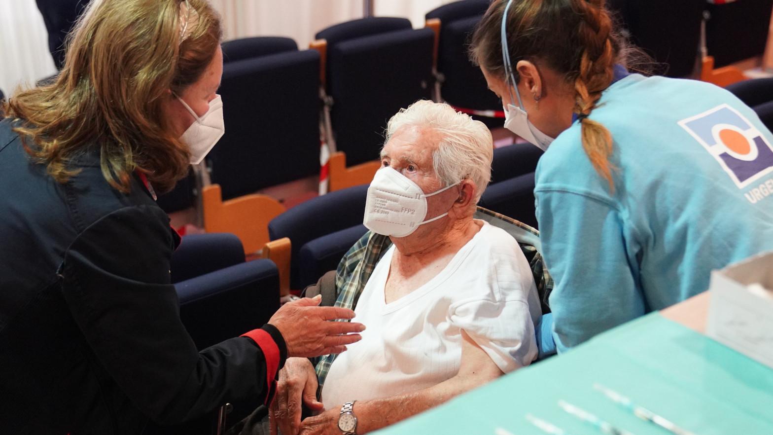 Las comunidades simultanean la vacunación a mayores de 80 y grandes dependientes