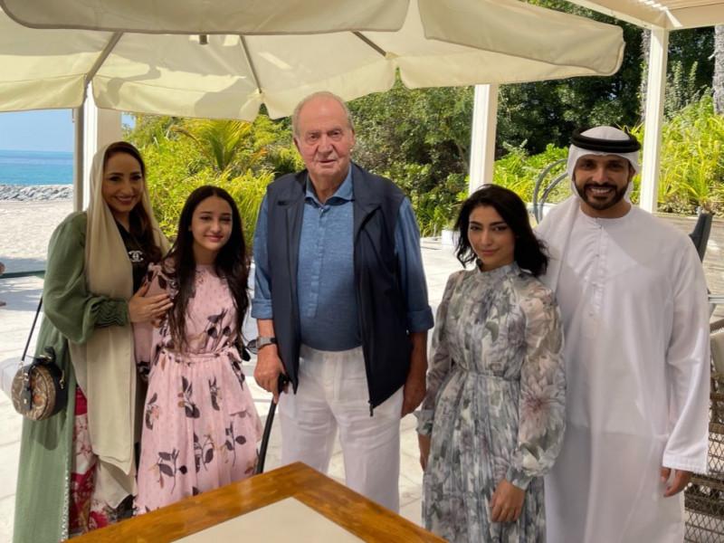 Juan Carlos I exhibe buena forma junto a una piloto de carreras emiratí