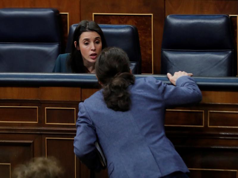 El vicepresidente segundo del Gobierno, Pablo Iglesias, conversa con la ministra de Igualdad, Irene Montero