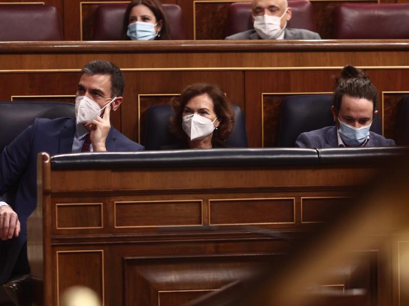 El presidente del Gobierno, Pedro Sánchez; la vicepresidenta Carmen Calvo; y el vicepresidente segundo, Pablo Iglesias.