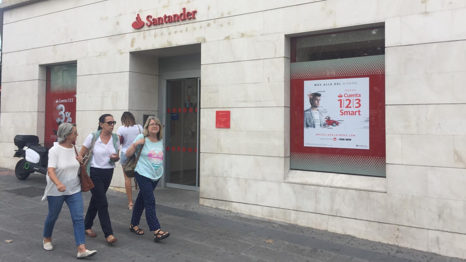 El Santander recorta hasta la mitad el sueldo variable de su plantilla