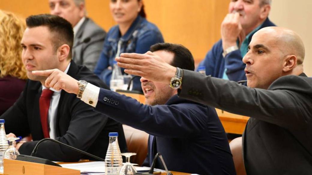 Diputados de Vox gritan en la Asamblea de Ceuta
