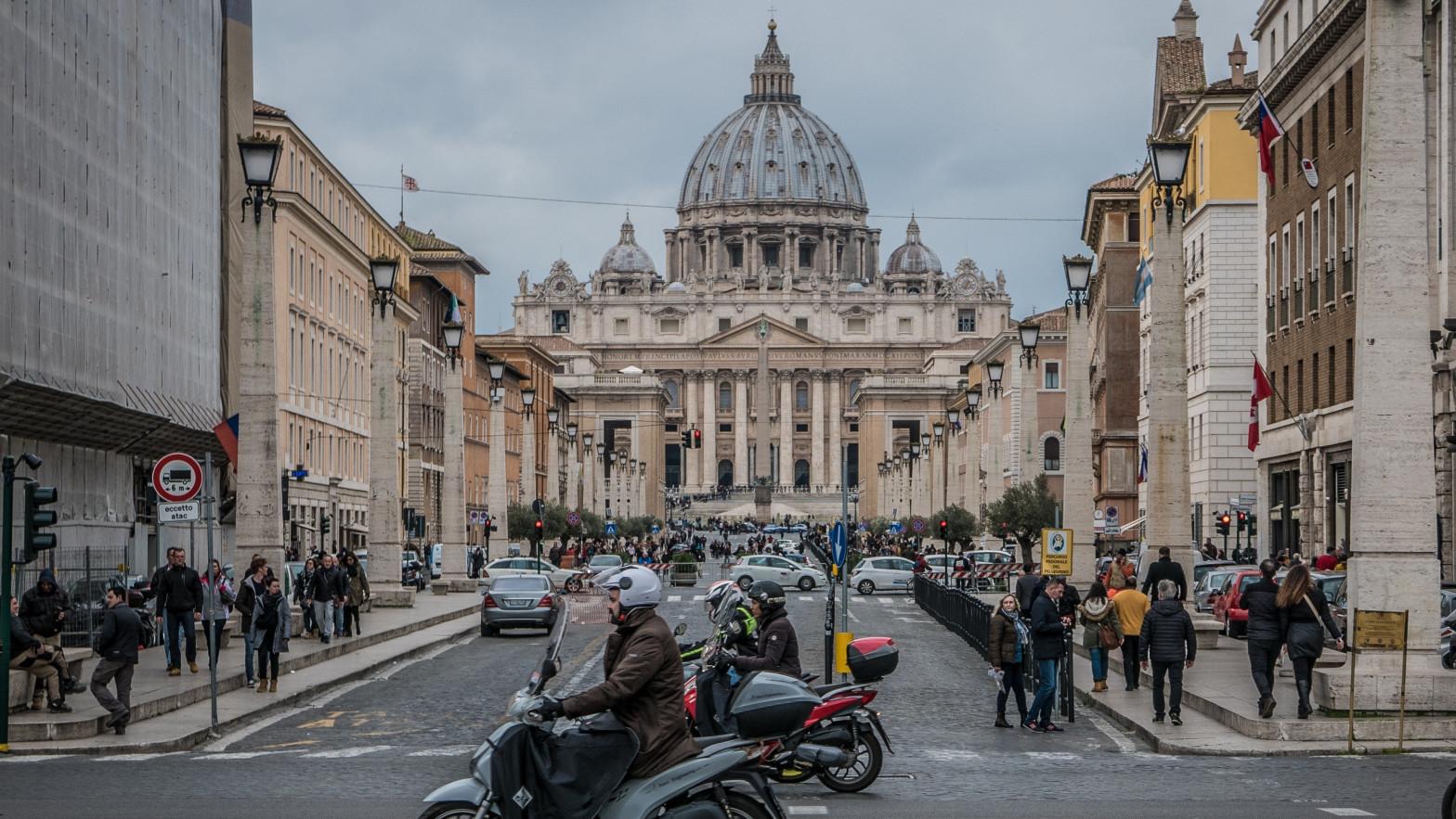 El cardenal Becciu niega las acusaciones por malversación y soborno