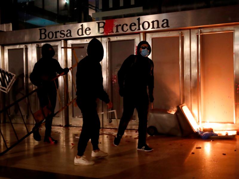 Fuego frente a la Bolsa de Barcelona en la quinta noche de disturbios contra el encarcelamiento de Pablo Hasel.