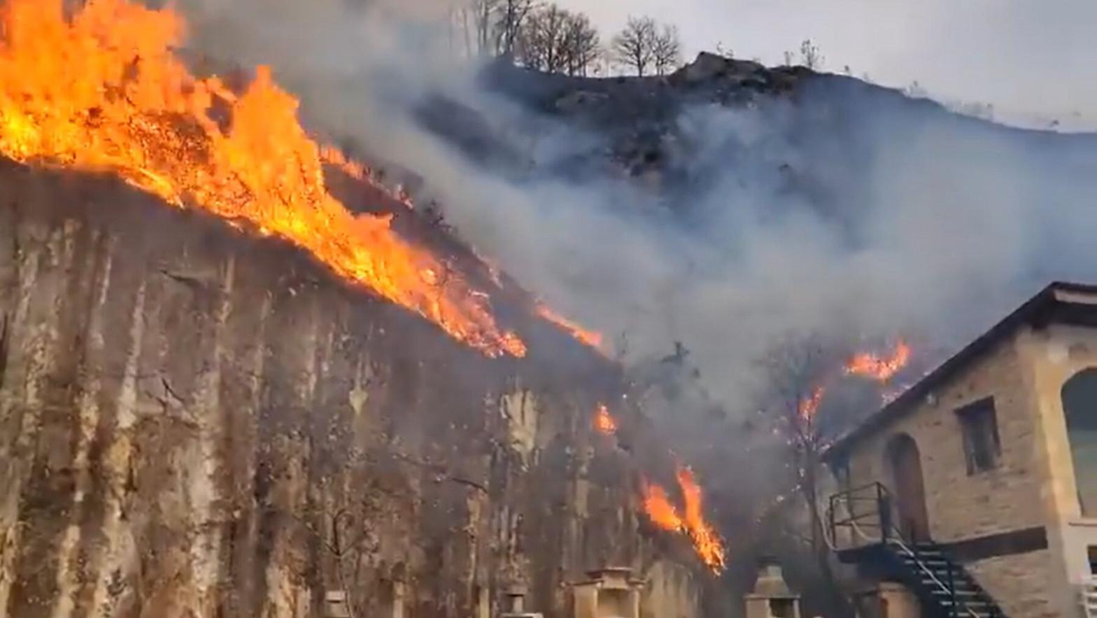 Un incendio de grandes dimensiones afecta a Navarra, Guipúzcoa y Francia