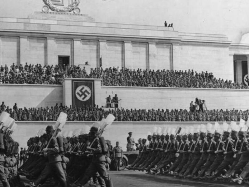 Miembros del Frente del Trabajo Alemán desfilando.
