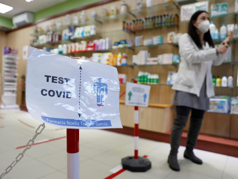 La vacunación con AstraZeneca deja fuera a la mitad de farmacéuticos valencianos