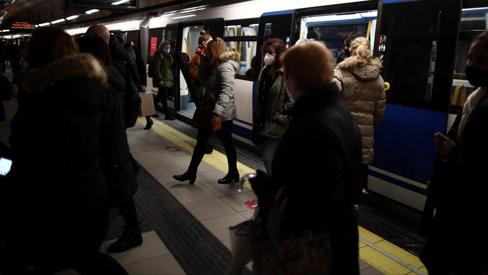 Viajeros entran y salen de un Metro en la estación de Madrid.