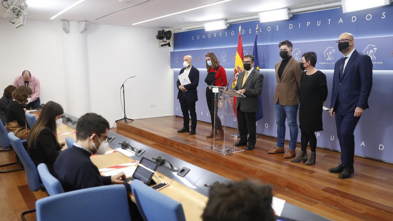 Los portavoces independentistas se niegan a repetir en castellano parte de su discurso