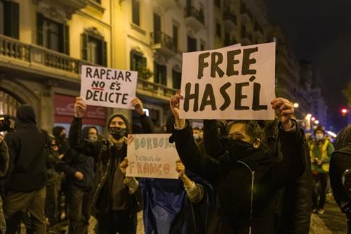 Manifestantes durante la protesta contra el encarcelamiento de Pablo Hasel en el séptimo día de protestas en Barcelona, que ha terminado con tres detenidos.
