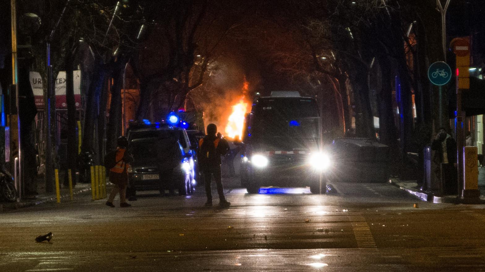 Un furgón de los Mossos atraviesa una calle durante la manifestación contra el encarcelamiento de Pablo Hasel en el séptimo día de protestas en Barcelona, Cataluña (España)
