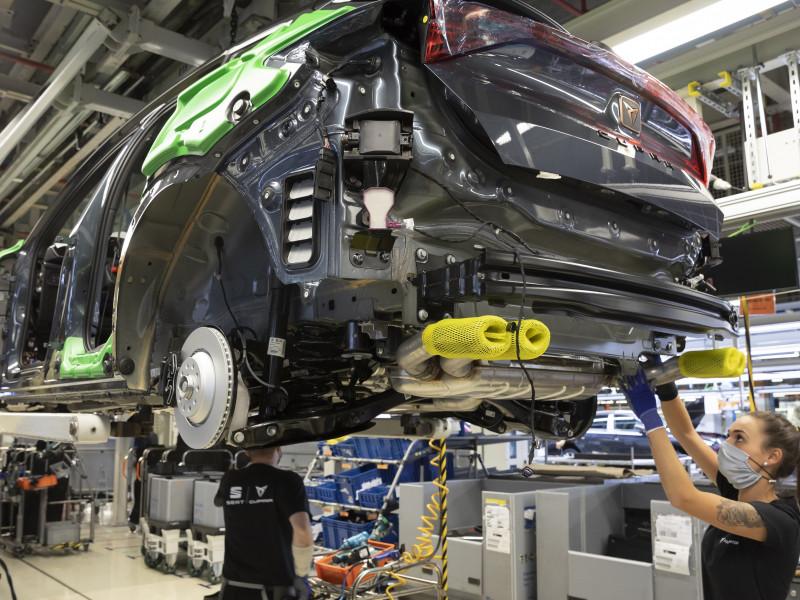 Las fábricas españolas de coches arrancan el año con una caída de producción del 9%