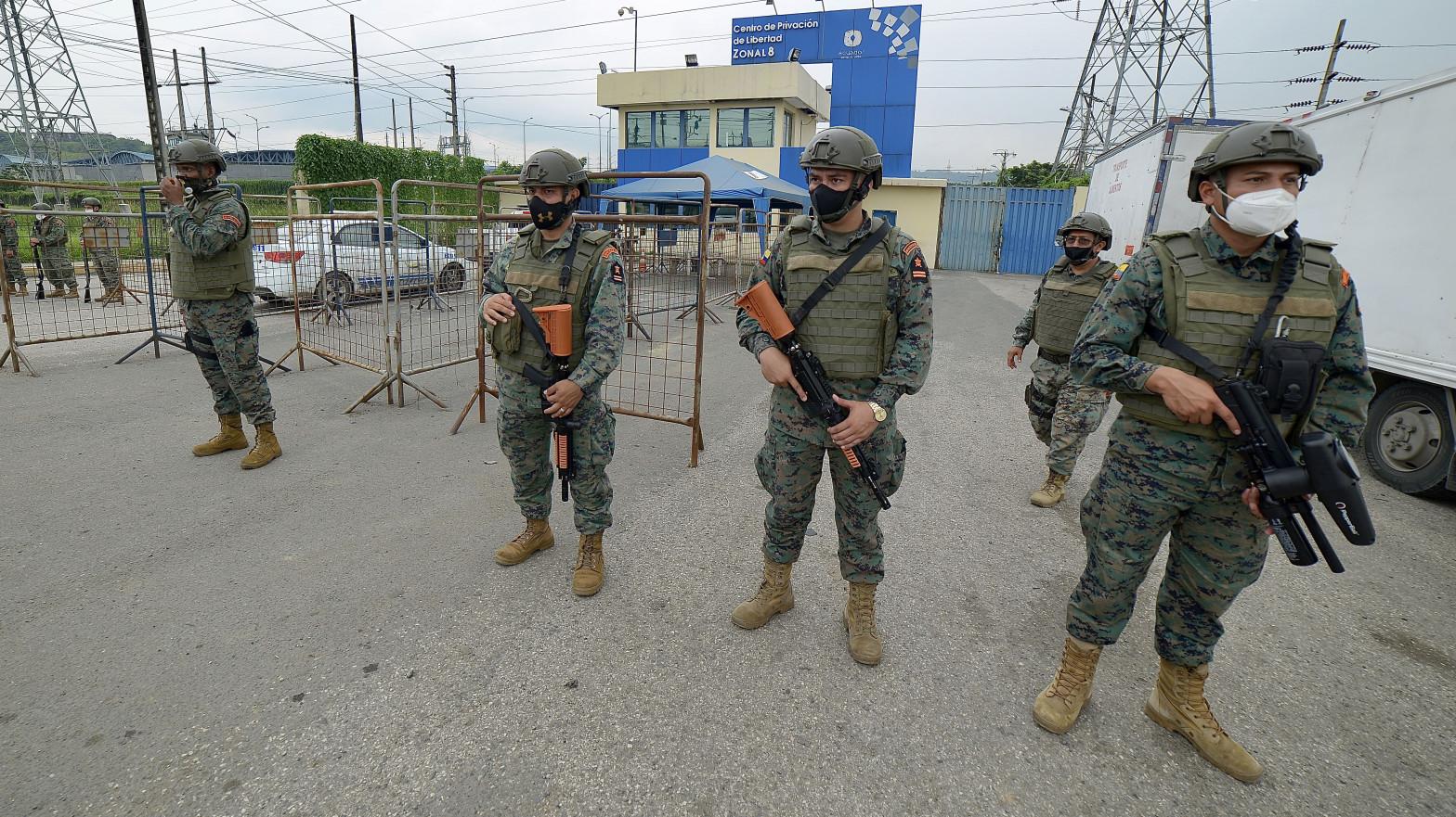 Militares en una cárcel de Ecuador.