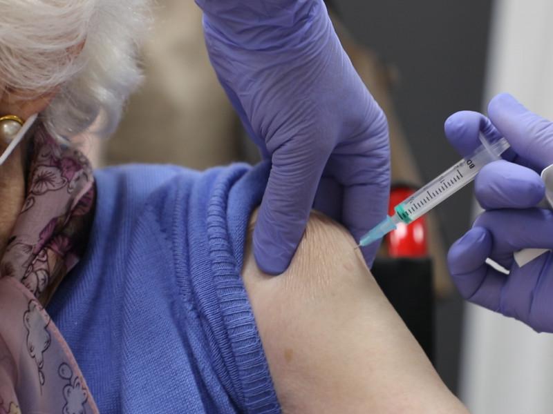 Una paciente recibe la vacuna contra el coronavirus